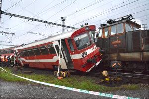 Zrazil sa motorový vlak s posunovacím rušňom.