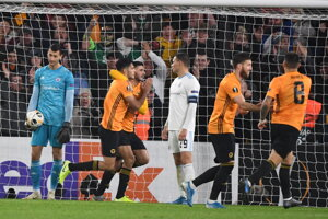 Futbalisti Wolverhamptonu sa radujú z gólu do siete Slovana.