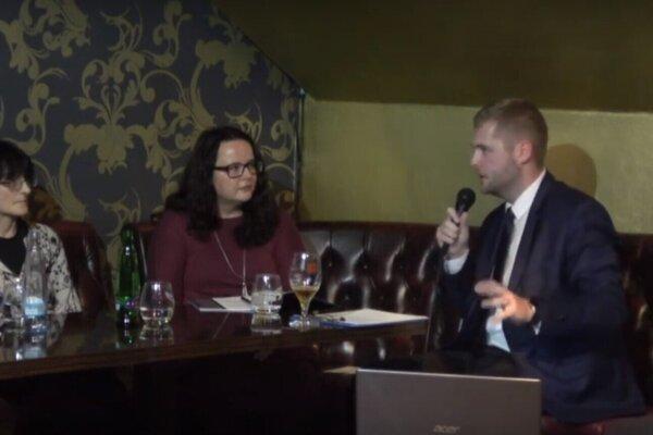 Hostia diskusie Café Európa (zľava): Matúš Bieščad, Helena Markusková, Denisa Felixová a moderátor Patrik Kováč