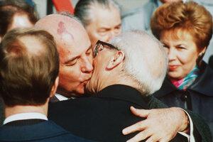 Slávna fotografia vznikla v októbri 1989. Takto sa zdravili prezident Sovietskeho zväzu Michail Gorbačov a generálny tajomník Zjednotenej socialistickej strany Nemecka Erich Honecker.