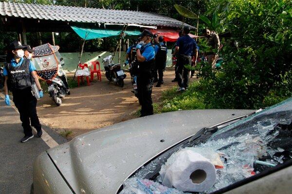 Policajti skúmajú miesto streľby na checkpointe v provincii Jalá 6. novembra 2019.