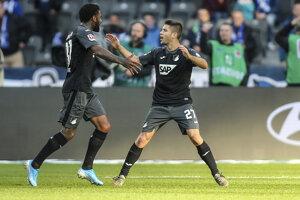 Hráči Hoffenheimu Locadia a Andrej Kramarič sa radujú.