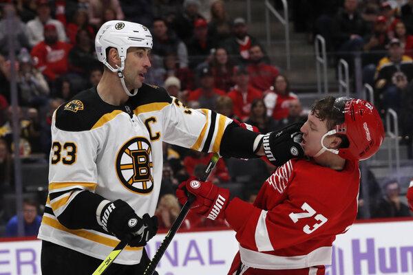 Zdeno Chára v súboji s Adamom Ernem v zápase základnej časti NHL 2019/2020 Detroit Red Wings - Boston Bruins.