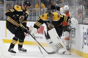 Zdeno Chára (vľavo), Jaroslav Halák a Michael Raffl v zápase základnej časti NHL 2019/2020 Boston Bruins - Philadelphia Flyers.