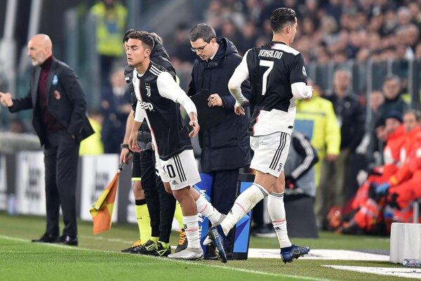 Paulo Dybala (vľavo) strieda Cristiana Ronalda v zápase Serie A 2019/2020 Juventus Turín - AC Miláno.