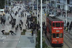 Zrážky polície a demonštrantov v Hongkongu.