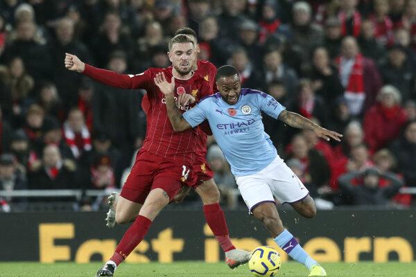 Jordan Henderson (vľavo) v súboji s Raheemom Sterlingom v zápase Premier League 2019/2020 FC Liverpool - Manchester City.