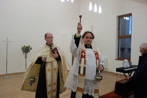 Obnovený dom smútku bol v nedeľu posvätený.