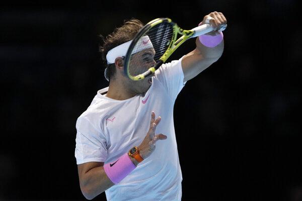 Rafael Nadal počas zápasu proti Alexandrovi Zverevovi na turnaji ATP Finals 2019 v Londýne.