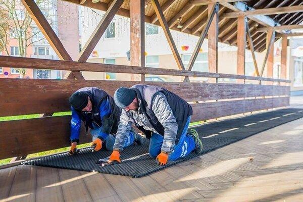 Kladenie rohoží na kolonádový most.