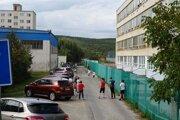 Cesta vedľa školy slúži okrem motoristov aj žiakom na beh.
