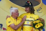 Slovenský cyklista Peter Sagan v žltom drese pre vedúceho pretekára oslavuje na pódiu s bývalým francúzskym cyklistom Ryamondom Poulidorom po štvrtej etape 103. ročníka prestížnych cyklistických pretekov Tour de France zo Saumuru do Limoges 5. júla 2016.