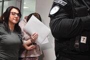 Alena Zsuzsová (druhá vľavo) odchádza zo Špecializovaného trestného súdu v Pezinku 13. novembra 2019.
