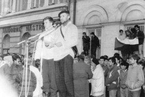 Viliam Visokai (s baretkou) na tribúne.