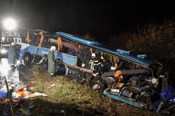 Vrak havarovaného autobusu na mieste dopravnej nehody, ktorá sa stala 13. novembra 2019.