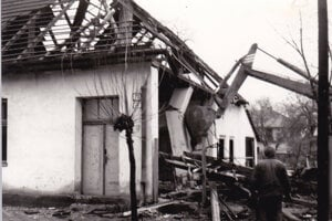 Búranie Mózeho domu v Púchove v roku 1982.