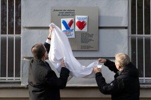 Odhalenie pamätnej tabule na budove Filozofickej fakulty Univerzity Komenského na Gondovej ulici v Bratislave.