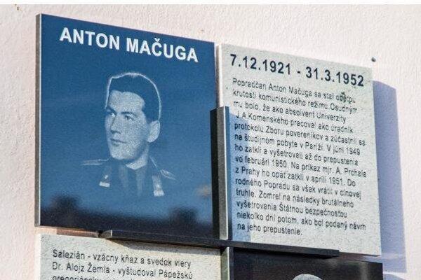 Pamätná tabuľa v Poprade pripomína dve obete komunistického režimu.