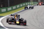 Max Verstappen na čele Veľkej ceny Brazílie.