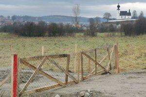 Majiteľ si na pozemku postavil plot.