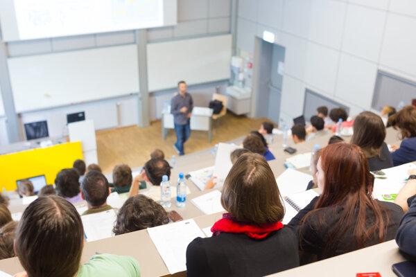 Firmy už dlhšie poukazujú na to, že absolventi vysokých škôl sú málo orientovaní na prax.