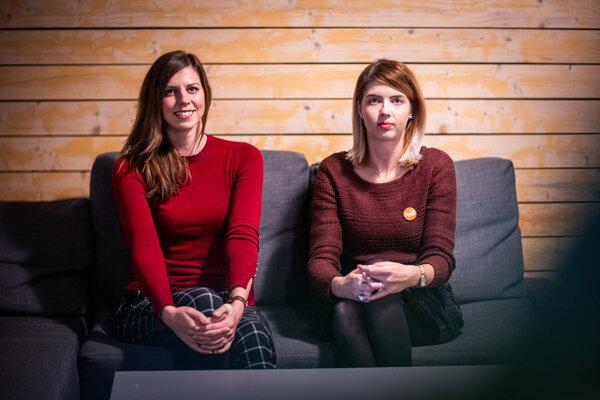 Petra Červená (vľavo) a Alexandra Kárová vedú občianske združenie Vagus, ktoré pomáha ľuďom bez domova.