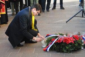 Peter Krajňák zapaľuje sviečku.