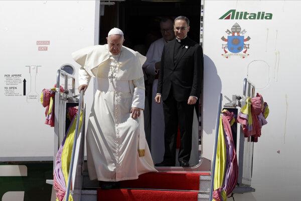 Pontifik pristál na letisku Don Muang v Bangkoku.
