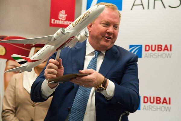 Zástupca spoločnosti Boeing Stanley A. Deal drží model typu Boeing 787 Dreamliner na tlačovej konferencii v Dubaji.