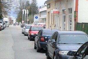 Centrum Turčianskych Teplíc je prepchaté autami.