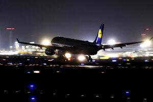 Lietadlo spoločnosti Lufthansa pristáva na letisku vo Frankfurte nad Mohanom.