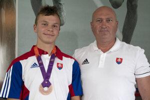 Matej Baluch s bronzom z juniorských ME. Vpravo jeho tréner Edmund Kováč.