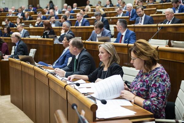 Poslanci parlamentu počas rokovania 53. schôdze NR SR.