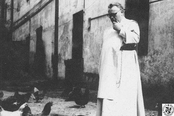 Mikuláš Lexmann na dvore dominikánskeho kláštora, Košice, asi 1946.