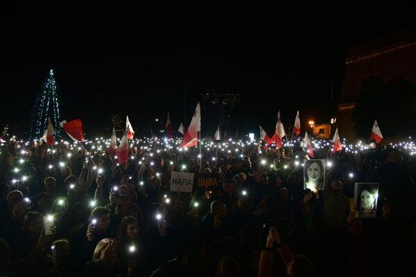 Tisíce ľudí už niekoľko dní demonštrovali počas týždňa pred budovou premiérovej kancelárie.