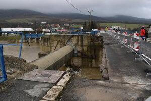 Most je pre autá neprejazdný, prejdú po ňom len chodci a cyklisti.