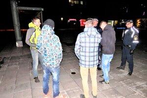 Policajti kontrolujú mládež aj na pešej zóne.