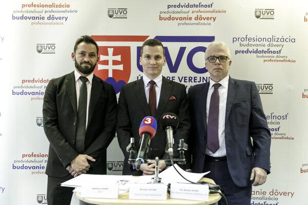 Zľava zástupca OECD Marthieu Cahen, predseda Úradu pre verejné obstarávanie Miroslav Hlivák a zástupca Veľvyslanectva Nórskeho kráľovstva, chargé d'affaires a.i. p. Per Oystein Vatne počas tlačovej konferencie v Bratislave 2. decembra 2019.