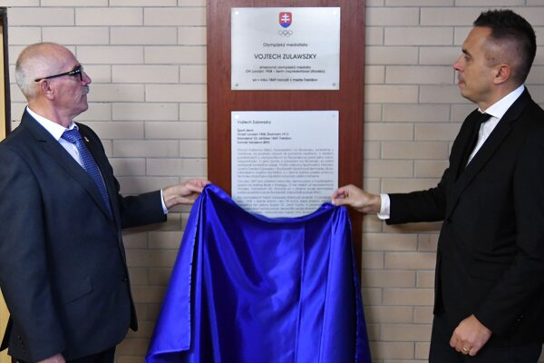 Zľava predseda Olympijského klubu Michalovce Jozef Uchaľ a primátor mesta Trebišov Marek Čižmár.