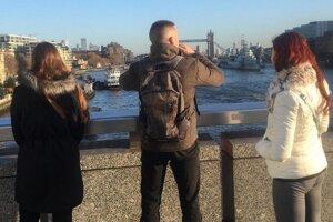 Keď si mladí ľudia fotografovali pohľad z mosta London Bridge, netušili že sa kúsok odtiaľto odhrí tragédia.