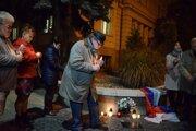 Odhaľovanie pamätnej dosky k 30. výročiu Nežnej revolúcie pred budovou YMCA v Lučenci.