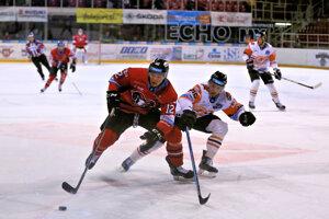 Zľava v popredí: Gilbert Gabor HC '05 iClinic Banská Bystrica a Samuel Chalupa z HK Dukla Ingema Michalovce.