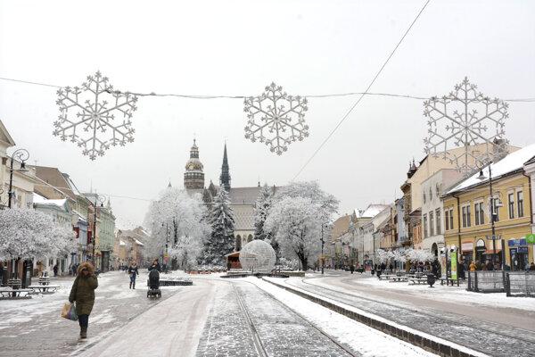 Pred pár dňami o snehu nikto ani nechyroval. Odrazu celé mesto pokryla biela pokrývka.