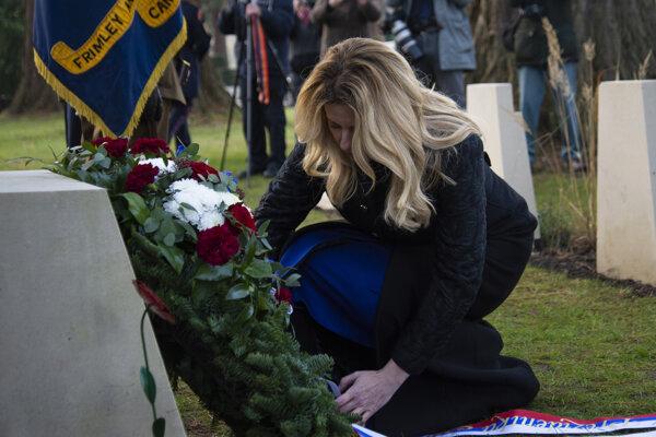Na snímke prezidentka SR Zuzana Čaputová pokladá veniec k Pamätníku československých vojakov na Medzinárodnom vojenskom cintoríne v anglickom Brookwoode 4. decembra 2019.