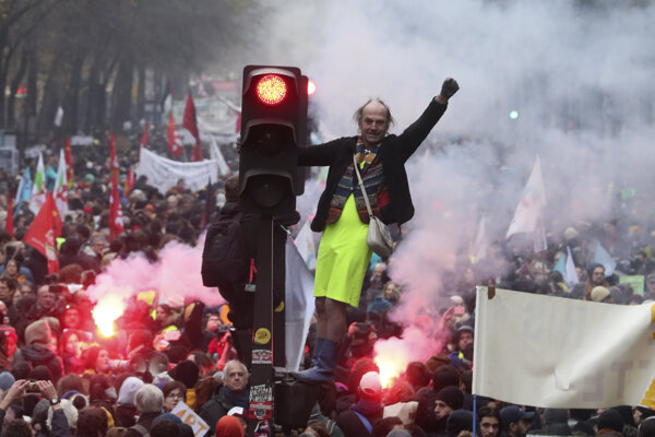 Parížsky protest porti dôchodkovej reforme.