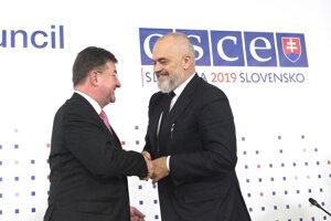 Vľavo minister zahraničných vecí a európskych záležitostí SR a úradujúci predseda Organizácie pre bezpečnosť a spoluprácu v Európe (OBSE) Miroslav Lajčák a vpravo premiér Albánska Edi Rama.