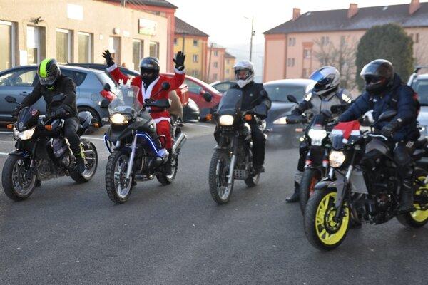 Mikuláš na motorke priniesol deťom darčeky.