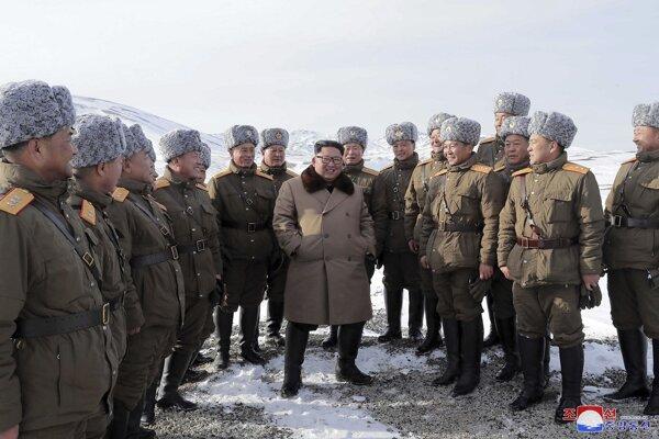 Severokórejský diktátor Kim Čong-un so svojim dôstojníkmi.