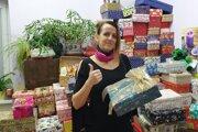 Množstvo balíčkov pre seniorov prekvapil zamestnancov handlovského mestského úradu.