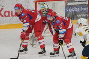 Domáci hokejisti MHK32 Liptovský Mikuláš proti maďarskému celku Ujbuda ťahali za kratší koniec. Na foto Petran, Kriška, Romančík v pozadí.